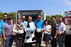 後龍鎮長朱秋隆扮奶爸 發送免費鮮奶給全鎮學童喝