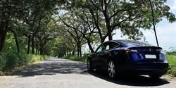 開Tesla Model 3追劇 酷炫車身很搶戲