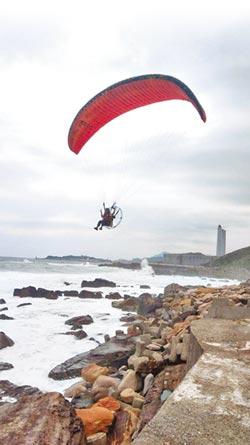 基隆港區 闖進2動力飛行傘