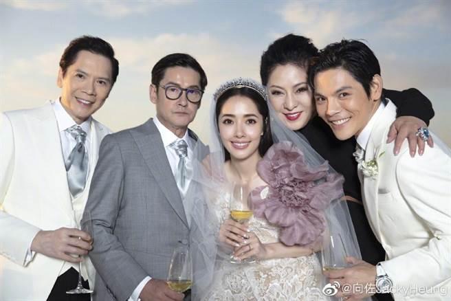 郭碧婷結婚,郭爸(左2)被指整場擺臭臉。(圖/翻攝自向佐JackyHeung微博)