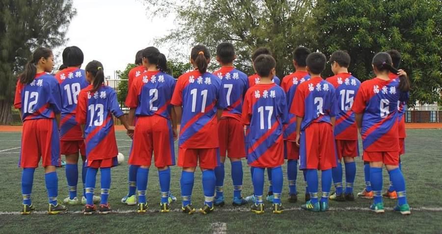 足球隊員著國旗裝。(圖/取自臉書社團「韓家軍」)