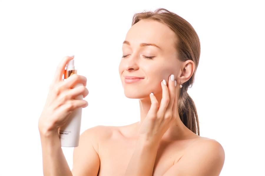 化妝水就能保濕?專家暴真相。(示意圖/shutterstock)