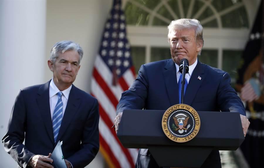 美國總統川普(右)常發推文槓聯準會(Fed)與主席鮑爾。(美聯社資料照片)