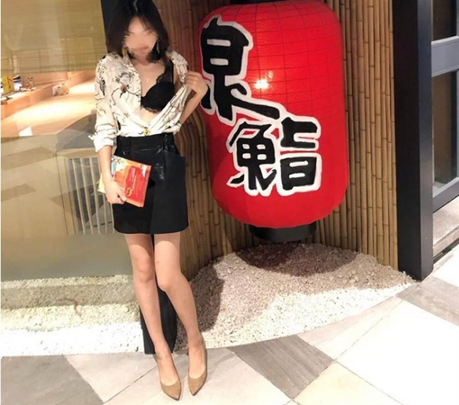 正妹用身體進行戶外教學。(照片來源:截自《中國報》)