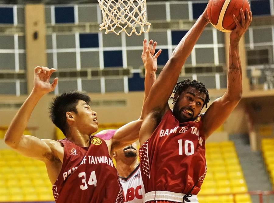 台銀小洋將麥特瓊斯(右)擁有美國杜克大學畢業的優良籃球血統。(觀護盃提供,黃及人花蓮傳真)