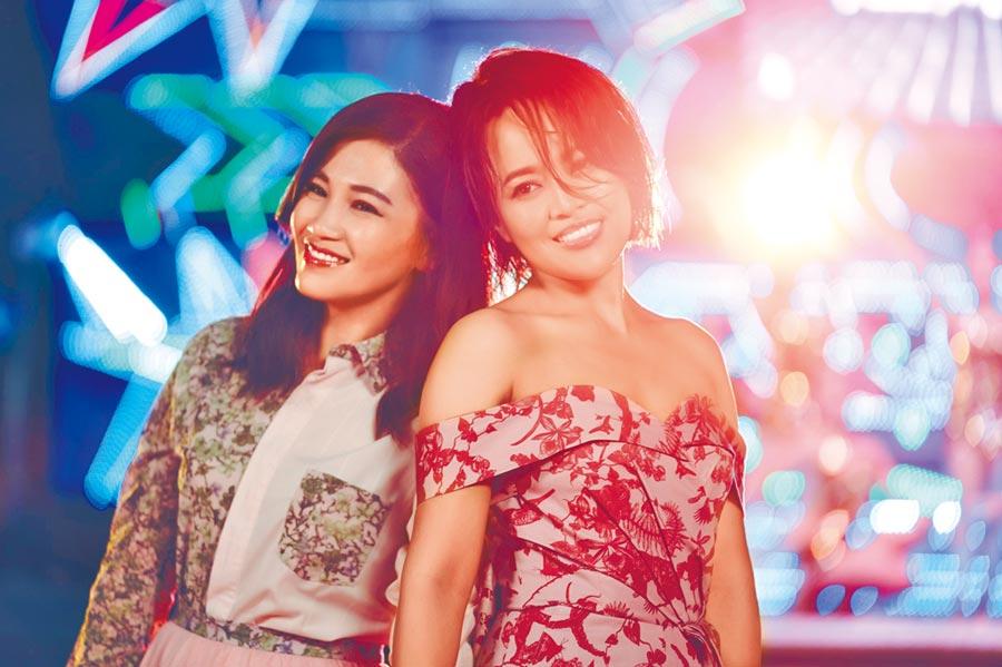 戴愛玲(右)推出台語新歌〈歹姐妹仔〉邀來黃妃對唱。(索尼音樂提供)