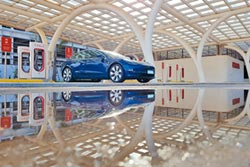 Tesla Model 3開車追劇