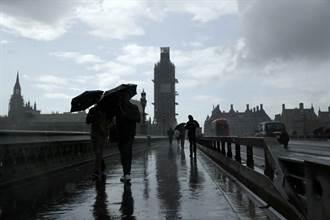 站內瀑布暴雨狂倒!倫敦地鐵千人塞爆