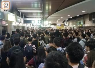 港防暴警察沙田地鐵站入夜驅散群眾
