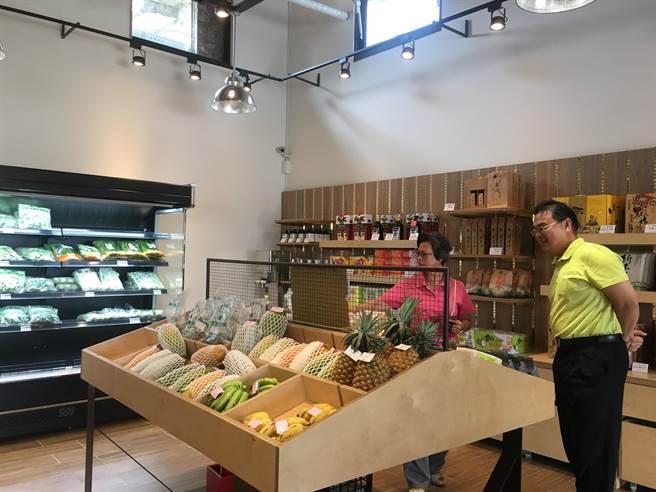 新農豆食堂內販售在地小農種的蔬果及農會的優質農產品,與農民攜手一同拓展銷路。(張亦惠攝)