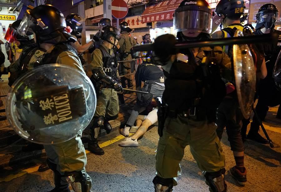 接近大陸「十一」國慶前,香港反送中示威群眾與港府關係更趨緊張。(圖/路透)
