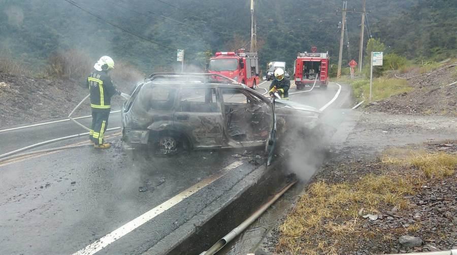 1輛轎車今天在宜蘭縣大同鄉台7甲8.8公里處自撞,導致車輛起火燃燒,所幸車上4人未受火燒車波及。(宜蘭縣消防局提供/李忠一宜蘭傳真)