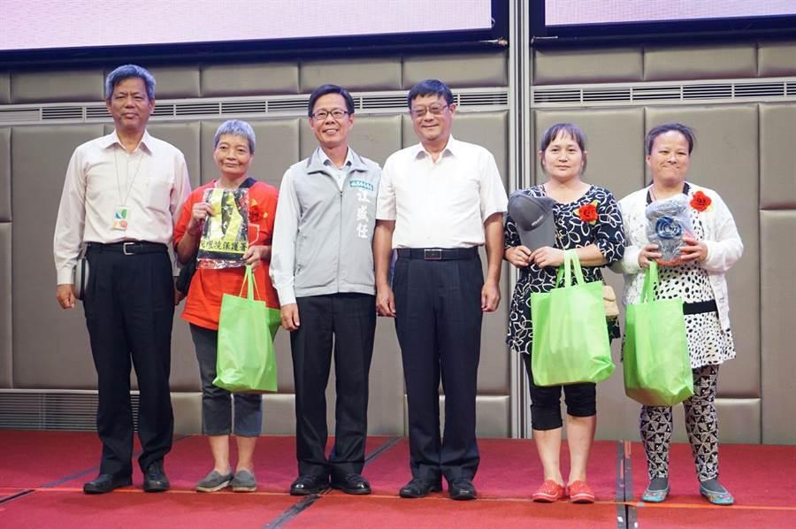環保署長張子敬(右3)致贈回收個體業者工作防護配備。(環保署提供/廖德修傳真)