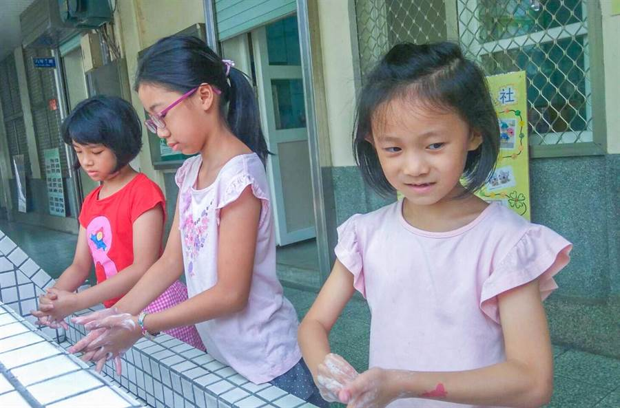 新竹市幼兒園和托育中心有18班因腸病毒停課,衛生局提醒教托育機構應落實幼童勤洗手。(市府提供/羅浚濱新竹傳真)