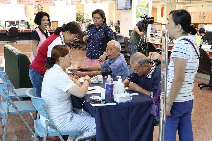異業結盟貼心服務,台中市中山地政所設健康管理站。(盧金足攝)