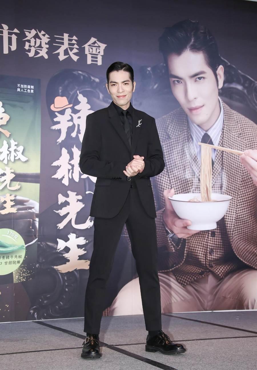 愛吃辣出名的蕭敬騰,與金博家自創新品牌「辣椒先生」,推出剝皮辣椒、老蕭拌麵等品項。(羅永銘攝)