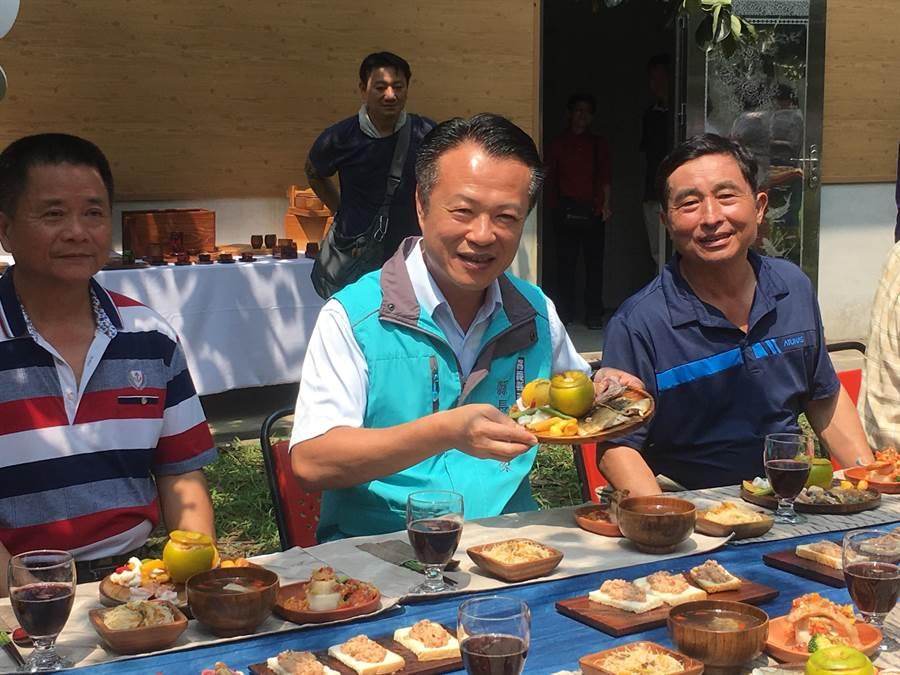 翁章梁(中)表示,番路是柿子的故鄉,今年雖產量銳減,品質卻是最好的,歡迎民眾來一趟番路小旅行。(張亦惠攝)