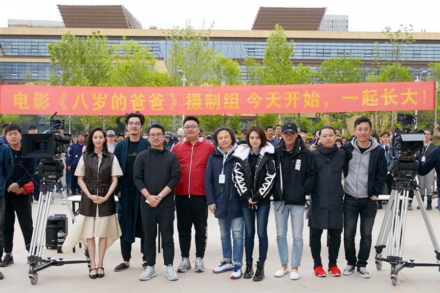 電影《八歲的爸爸》5月中在大陸舉行開鏡,邱澤和張鈞甯站的距離超級遠。(截自海納百川經紀公司臉書)