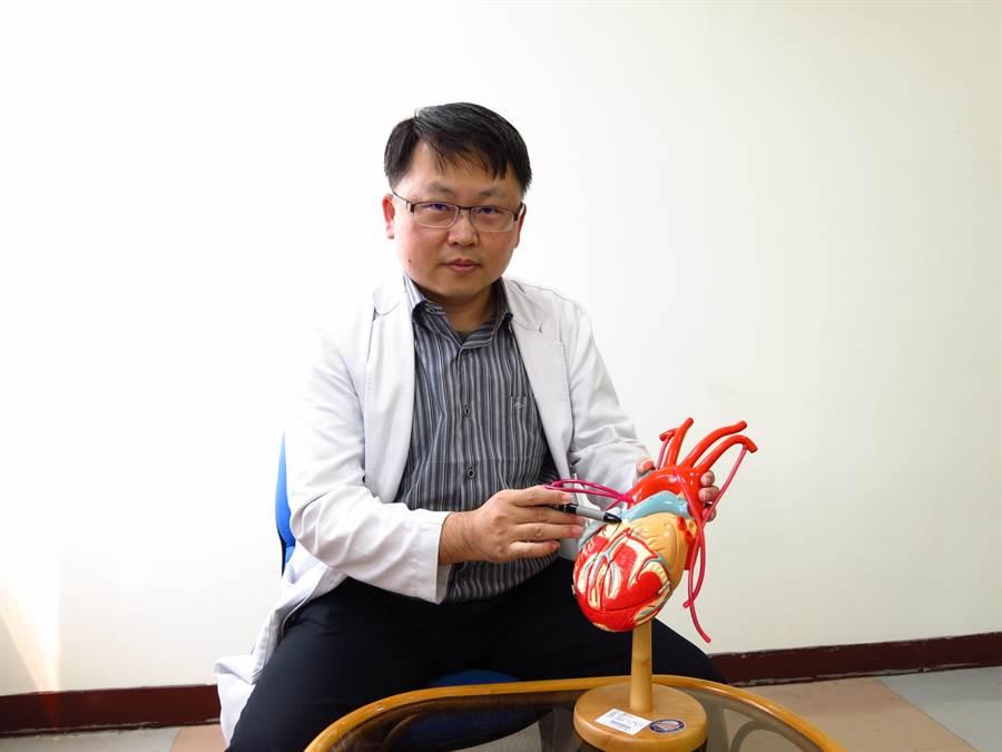 豐原醫院心臟內科醫師王敏雄指出,心室顫動都和冠狀動脈狹窄、或心臟功能收縮不好有關。(王文吉攝)