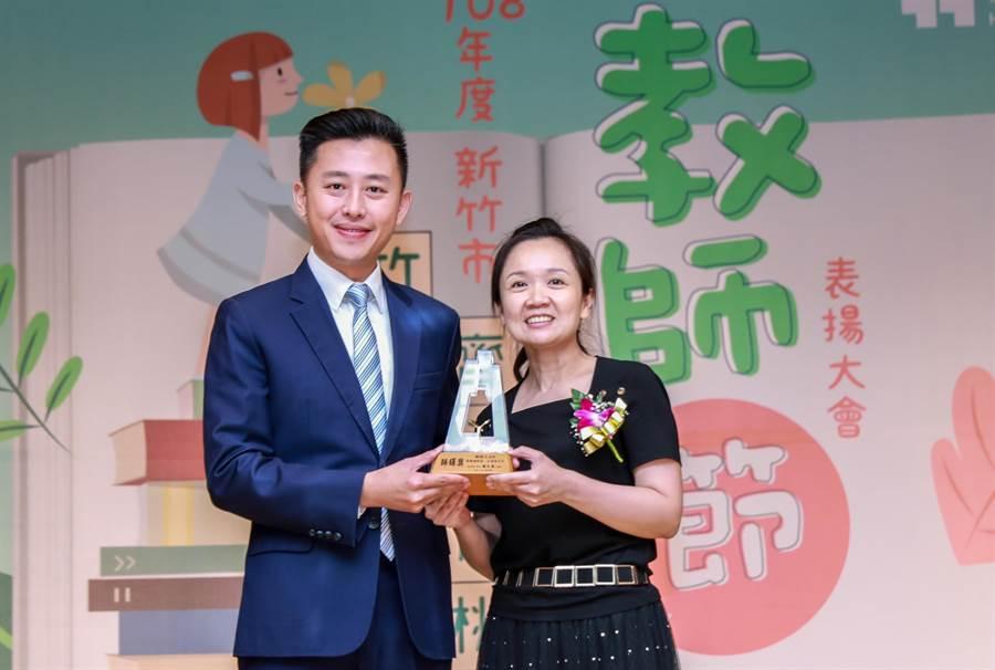 新竹市長林智堅(左)頒獎給獲教育部師鐸獎的培英國中體育老師鄭雅之(右)。(羅浚濱攝)