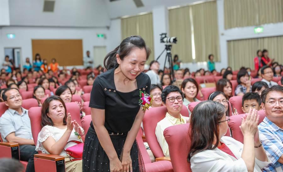 獲教育部師鐸獎的培英國中體育老師鄭雅之,未去教育部領獎,選擇留在給她機會的竹市授獎,獲全場熱烈掌聲。(羅浚濱攝)