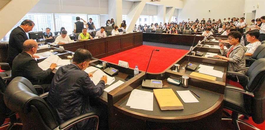 台中市議會25日召開第3屆第2次定期會程序委員會,藍、綠陣營就市長列席總質詢天數,展開激烈攻防。(陳世宗攝)