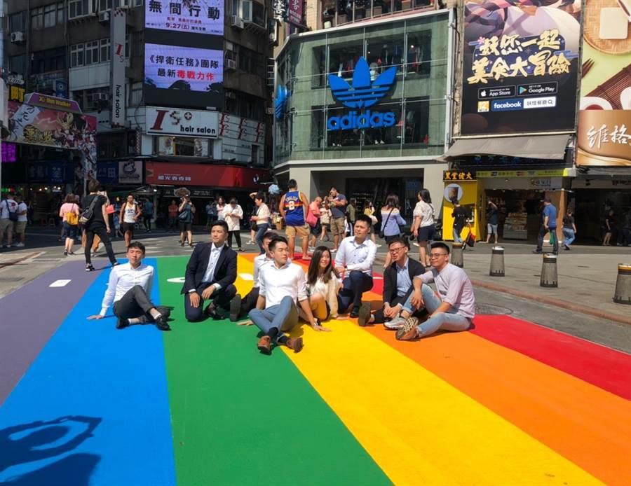 2019台灣同志大遊行下月26日登場,北市府搶先於西門町6號出口前布置彩虹地景。(吳堂靖攝)
