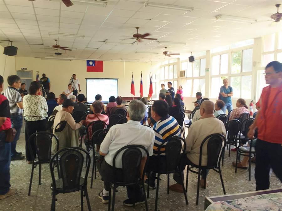 二河局25日再度召開說明會,針對治理線及用地範圍向大湖鄉親釋疑。(巫靜婷攝)