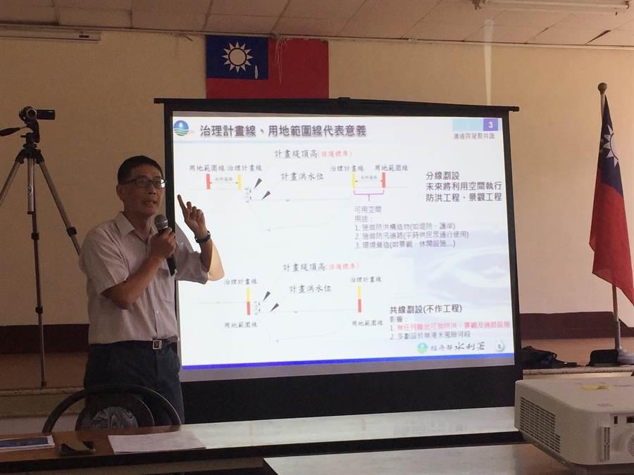 第二河川局副局長林玉祥說明治理計畫線及用地範圍線的代表意義。(巫靜婷攝)