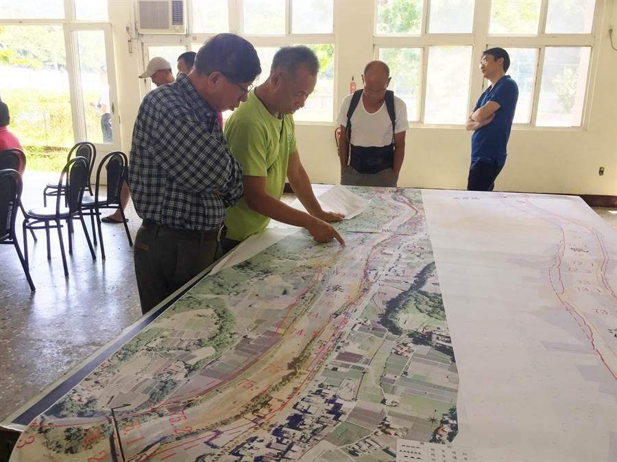 大湖居民端看用地範圍計畫圖,了解自宅土地畫入情形。(巫靜婷攝)