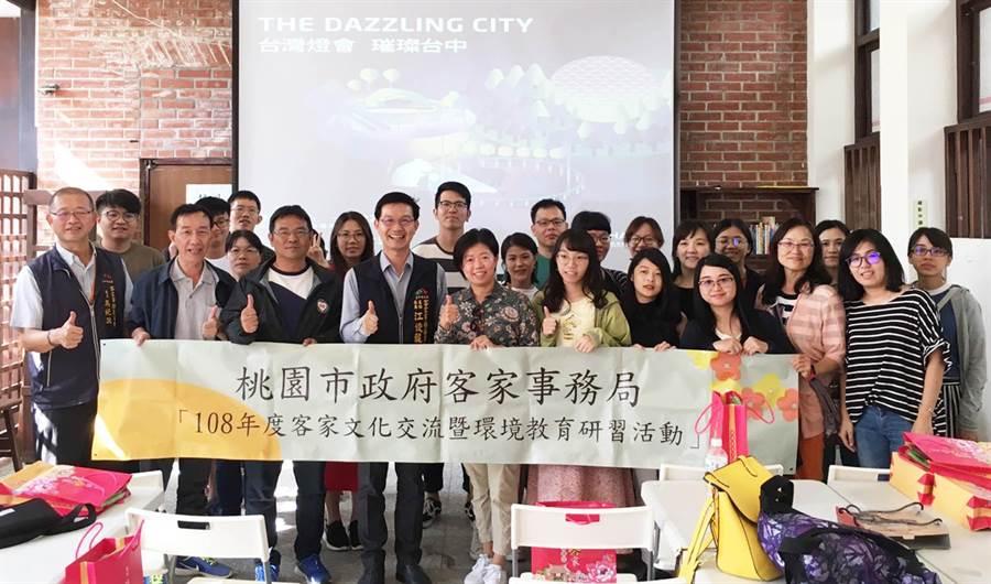 桃園市政府客家事務局25日到台中,參訪東勢客家文化園區及東勢幼兒園。(陳世宗攝)