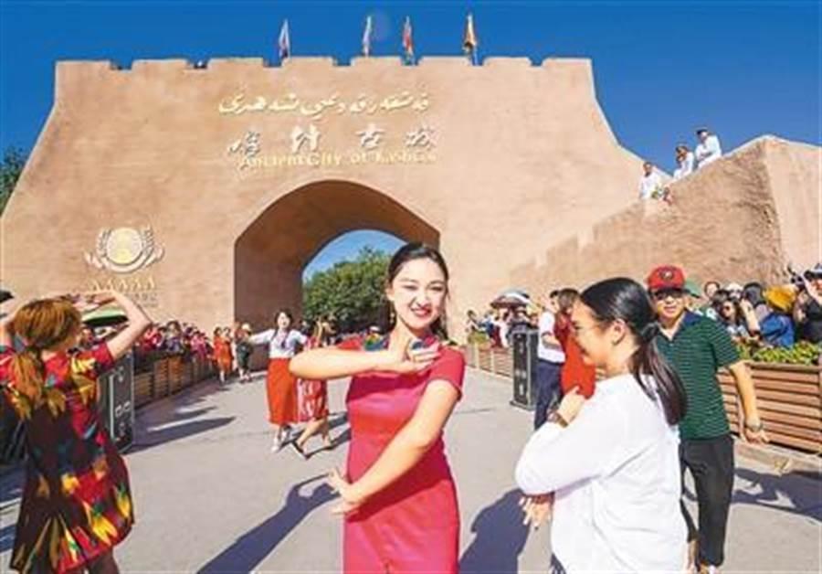 新疆喀什古城景區開城儀式的大陸遊客。(取自新華網)