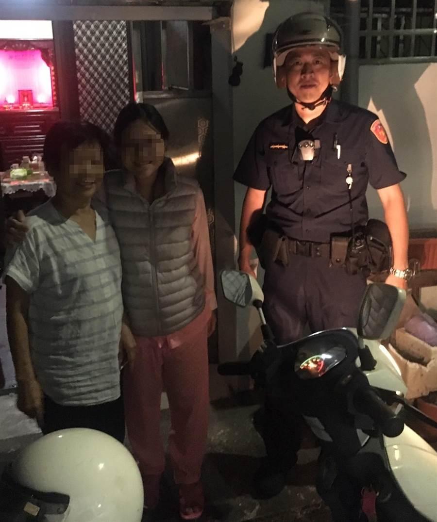 來自香港的梁婦來台探視女兒,獨自出門運動,忘了女兒家在哪裡,中市警局第四分局春社所員警,用機車載她找到女兒家。(中市警局第四分局提供/黃國峰台中傳真)