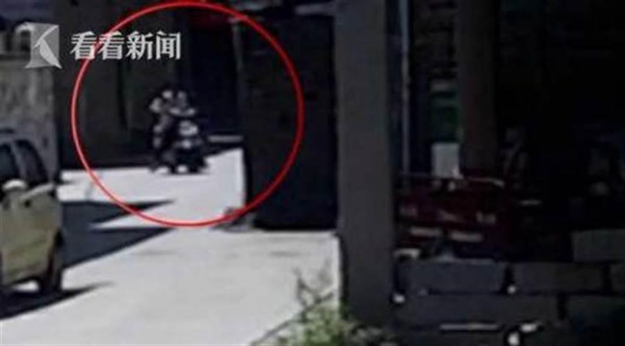 李姓竊嫌偷了電動機車並未啟動,而是用腳蹭地滑行,都被路口監視器拍到。(圖取自《看看新聞》)