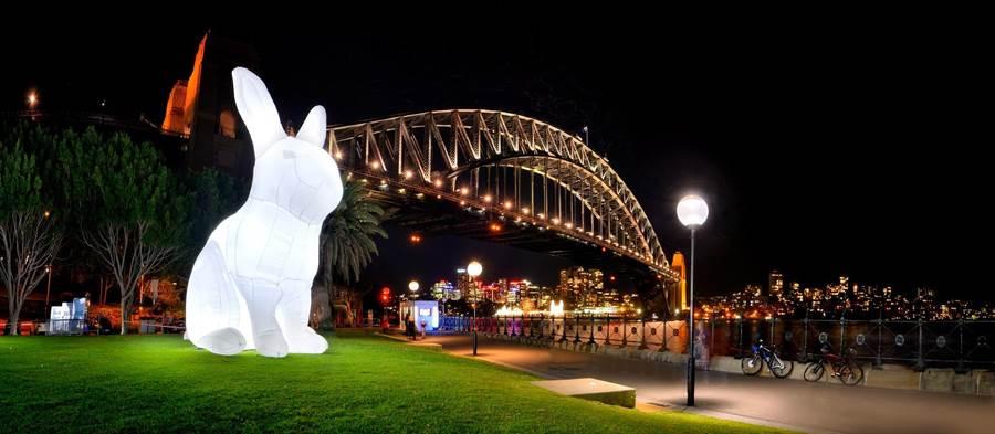 裝置作品中〈打攪〉以高達7公尺的巨大「白兔」,揭露嚴重環保議題。(台北市文化局提供/游念育台北傳真)