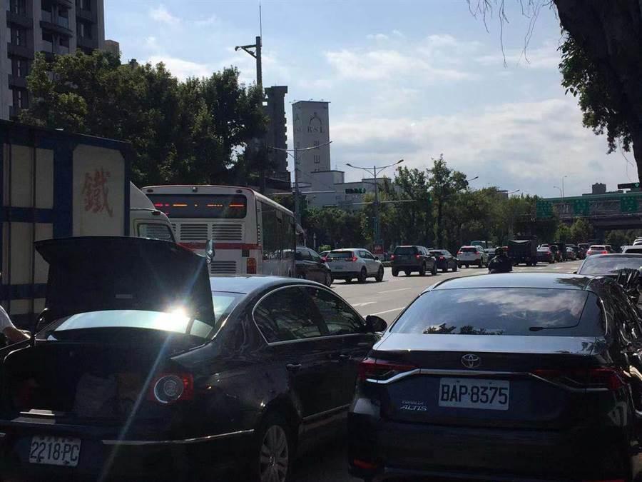 重慶北路4段往高速公路為6線車道,但北上交流道卻只有1線車道,每到尖峰時段就出現大塞車的情景。(游念育攝)