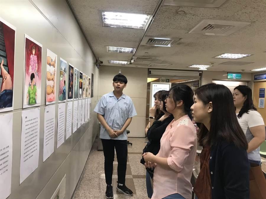 嘉中美術班高三學生黃友廷為導覽自己「痛的旅程」畫展。(嘉中提供/廖素慧嘉義市傳真)