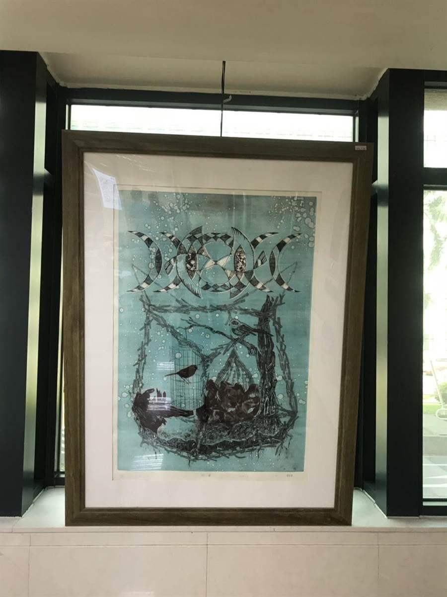 黃友廷在中國醫藥學院附設醫院展出西畫。(嘉中提供/廖素慧嘉義市傳真)