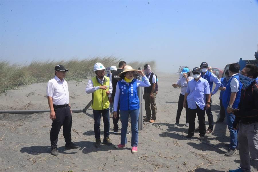 雲林縣長張麗善(左前三)加強揚塵治理,解決民眾「吃飯配砂」問題。(張朝欣攝)