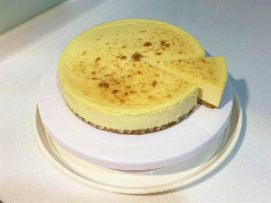 乳酪蛋糕濃郁綿密的口感是下午茶的好搭配,江佩儒的重乳酪蛋糕減糖卻保有濃郁口感,受女性顧客喜愛。(巫靜婷攝)