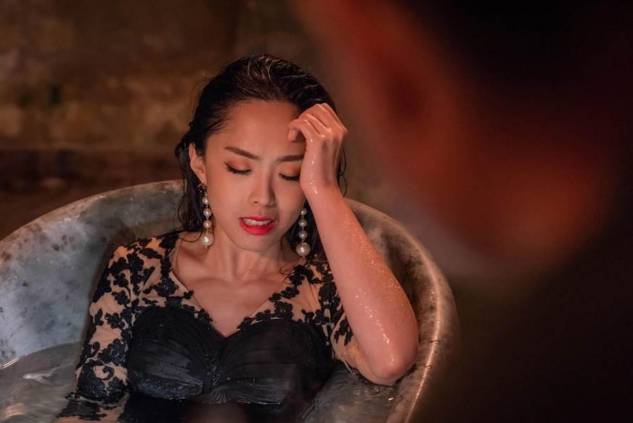 MFM祖絲在MV中脫下高跟鞋沈入浴缸自殺戲,「雖然是夏天,但午夜的山頂好冷,拍完隔天就感冒,好難受」。(超級亞洲娛樂提供)