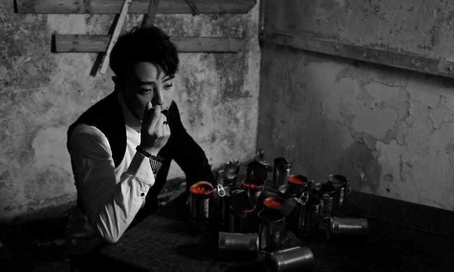 嘉豪為了致敬王家衛電影《重慶森林》,MV中不停的開罐頭、吃罐頭,對空氣自言自語。(超級亞洲娛樂提供)