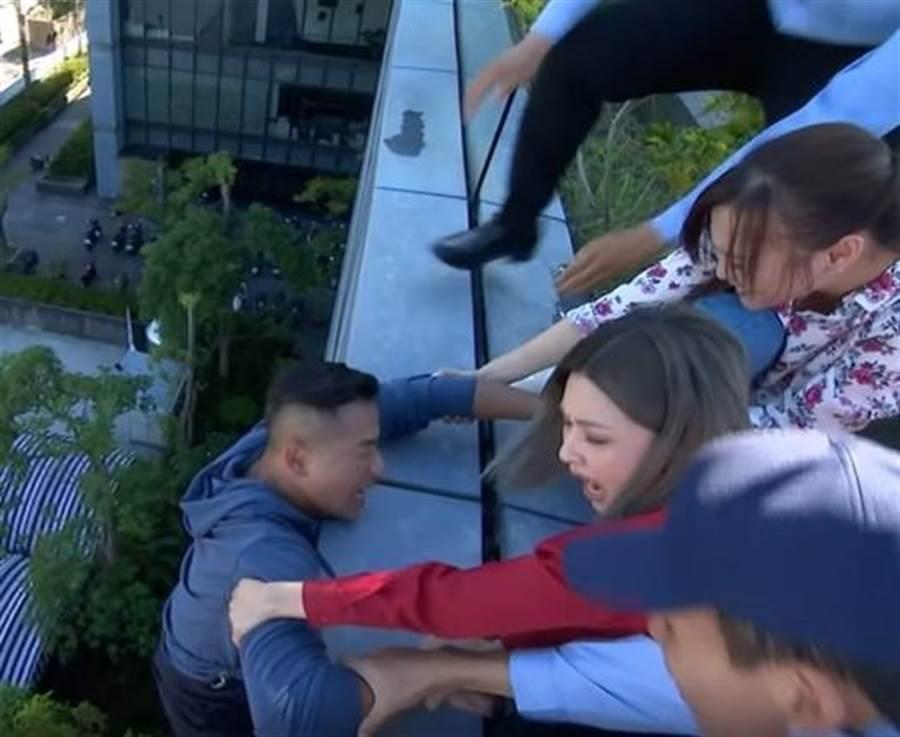 江宏恩趴在九樓高外牆,戲裡戲外畫面都驚險。(艾迪昇提供)