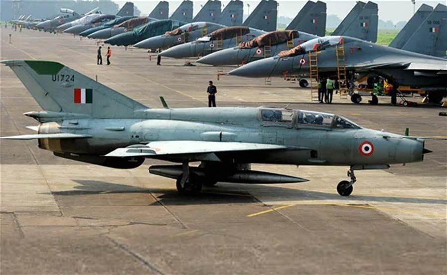雖然印度空軍已有Su-30MKI這樣較先進的戰機,但MiG-21的數量仍然龐大,雙座型還擔任部訓教練機任務。(圖/IAF)
