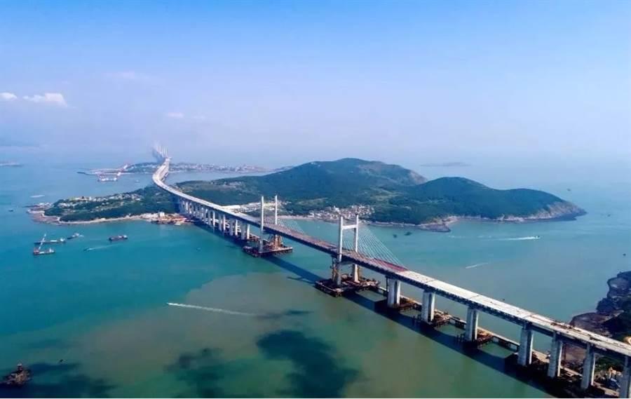 平潭海峽公鐵大橋總長16.34公里,是福州至平潭鐵路控制性工程,也是「十三五」規劃中北京至台灣高鐵的先期工程。(圖/新浪微博)