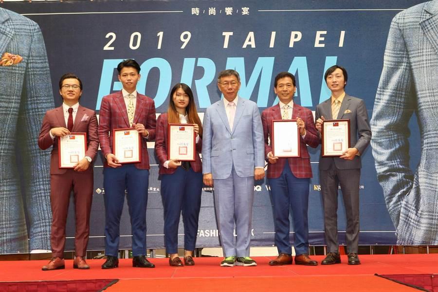 臺北市長柯文哲與今年西服得獎店家大合照(圖/凱格蘭提供)