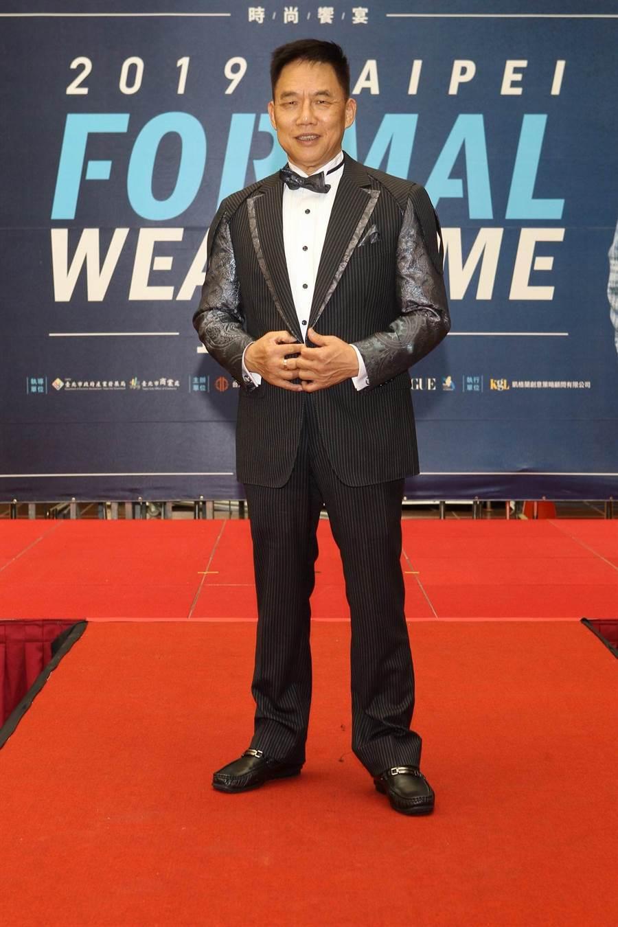紳裝西服李萬進師傅身穿由紳裝西服獲得創意設計評比金首獎的作品(圖/凱格蘭提供)