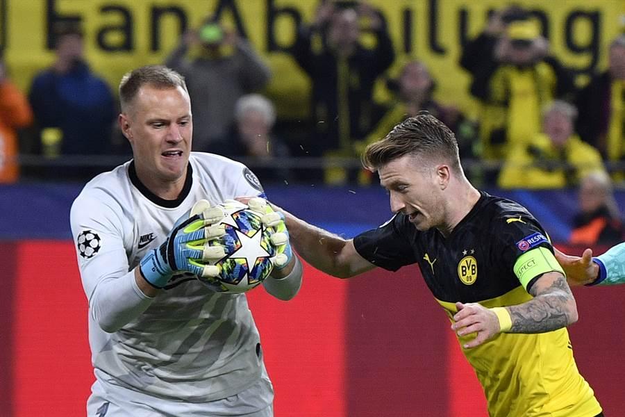 特史岱根(左)在巴塞隆納表現出色,甚至於歐冠撲出德國國腳羅伊斯(右)的12碼球罰踢。(美聯社資料照)