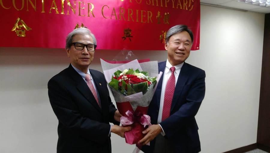 世邦集團董事長李健發(左)特別選在旭洋船廠社長OCHI(右)生日當天向該公司訂造新船,並溫馨的獻花給壽星