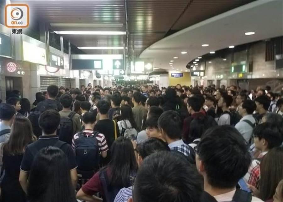 香港沙田站晚間約300人聚集。(摘自香港《東網》)